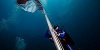Wow, Pertamina Gelar Upacara Bendera Bawah Laut di Ternate